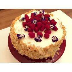 Klassieke slagroom taart met verse frambozen